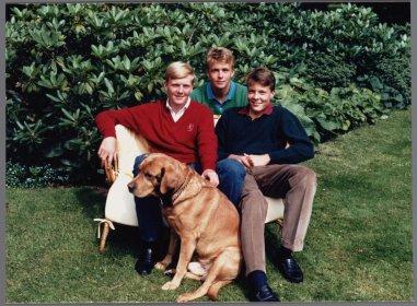 Prins Claus fotografeert zijn zonen en een hond