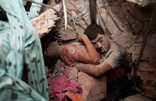 World Press Photo 2014. Derde prijs Spot News singles. 'Final Embrace'. Fotografe: Taslima Akhter.